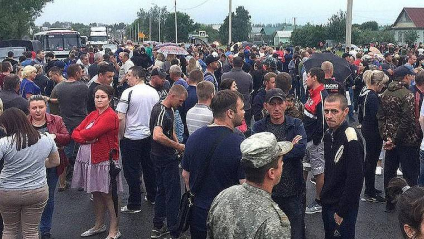 An estimated 1,500 people blocked a federal highway in protest after a mass brawl in Chemodanovka. pronedra.ru