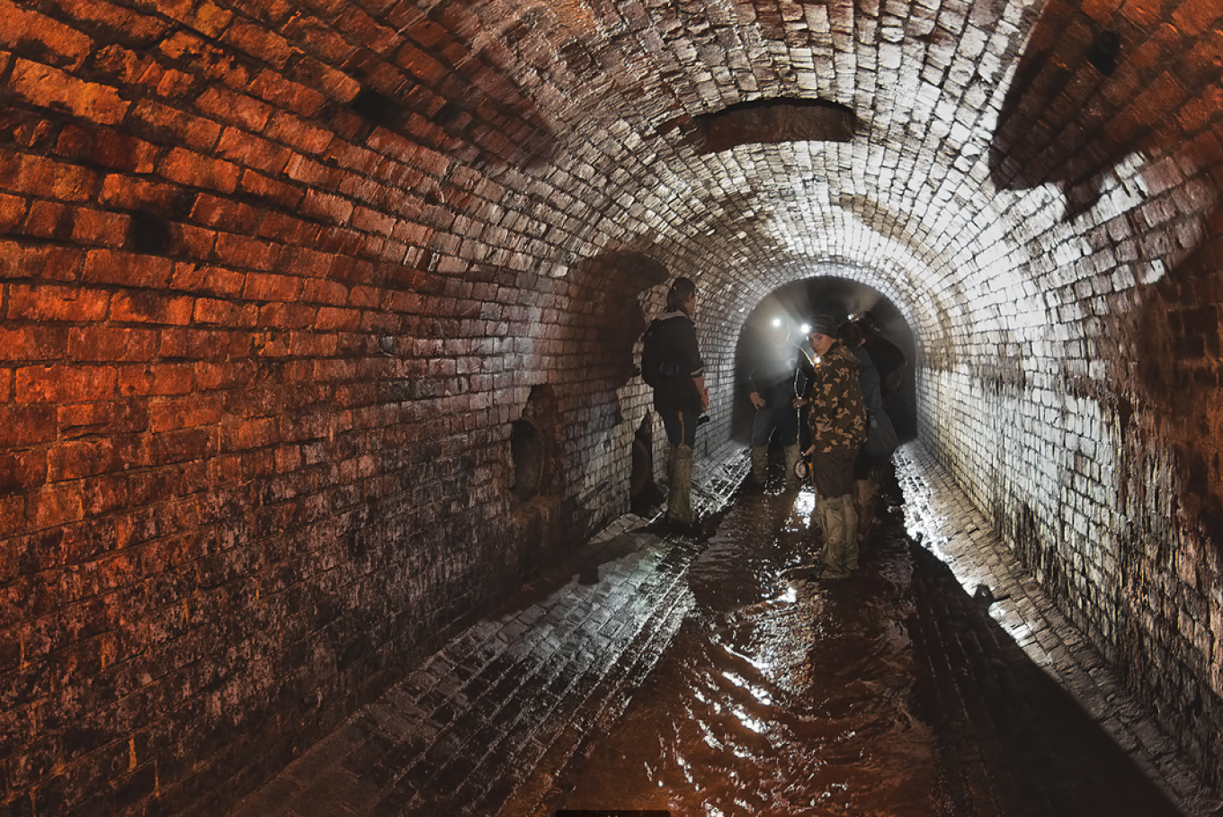 The oldest sections of the Neglinnaya tunnels date back to the early 1800s.				 				EXTREMALNAYA MOSKVA