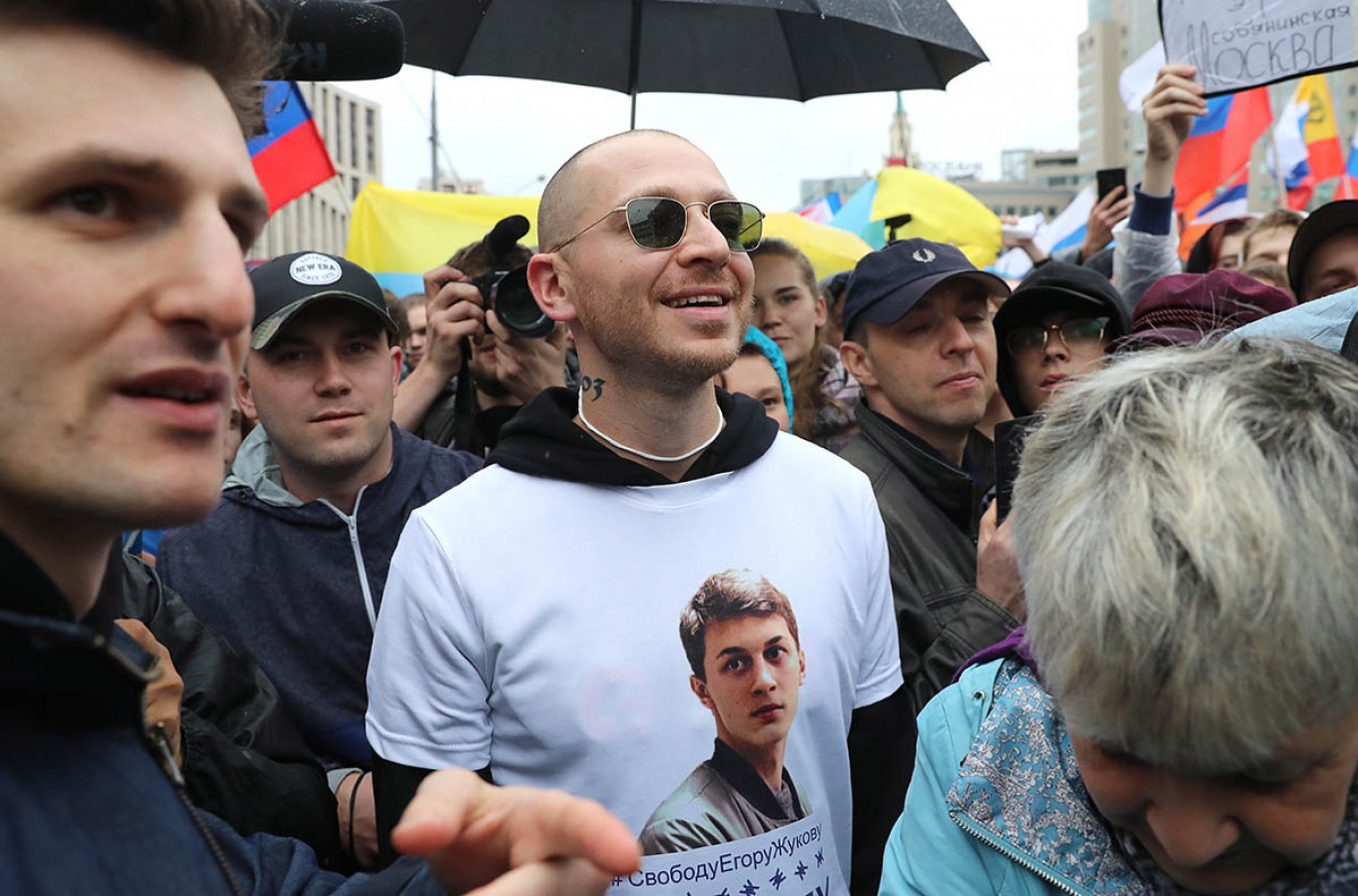 Rapper Oxxxymiron attended last Saturday's protest wearing a T-shirt in support of Zhukov.   Sergei Savostyanov / TASS