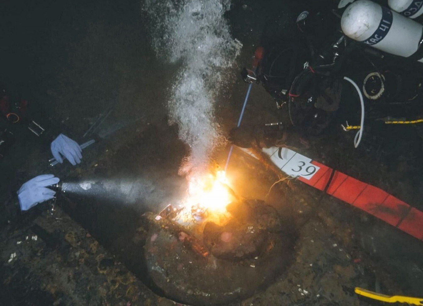 In September 2021, divers cut metal pieces of the K-27's hull.  Center for Underwater Research of the Russian Geographical Society