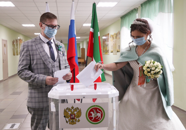 Newlyweds cast their vote in Kazan.  Yegor Aleyev/TASS