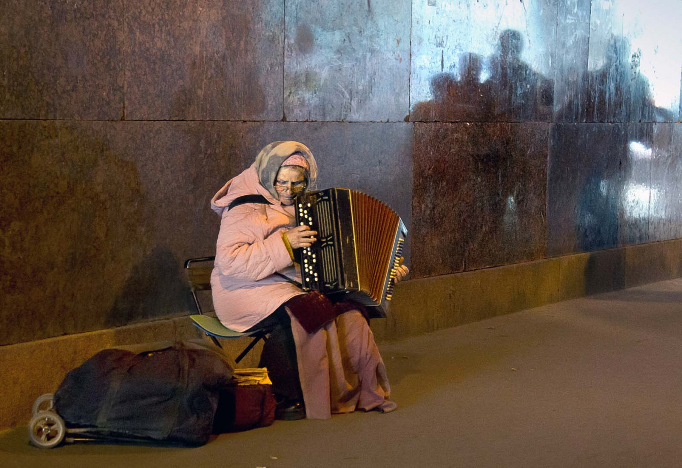 A musician playing to passing commuters at Belorusskaya metro station.				 				Vladimir Filonov / MT