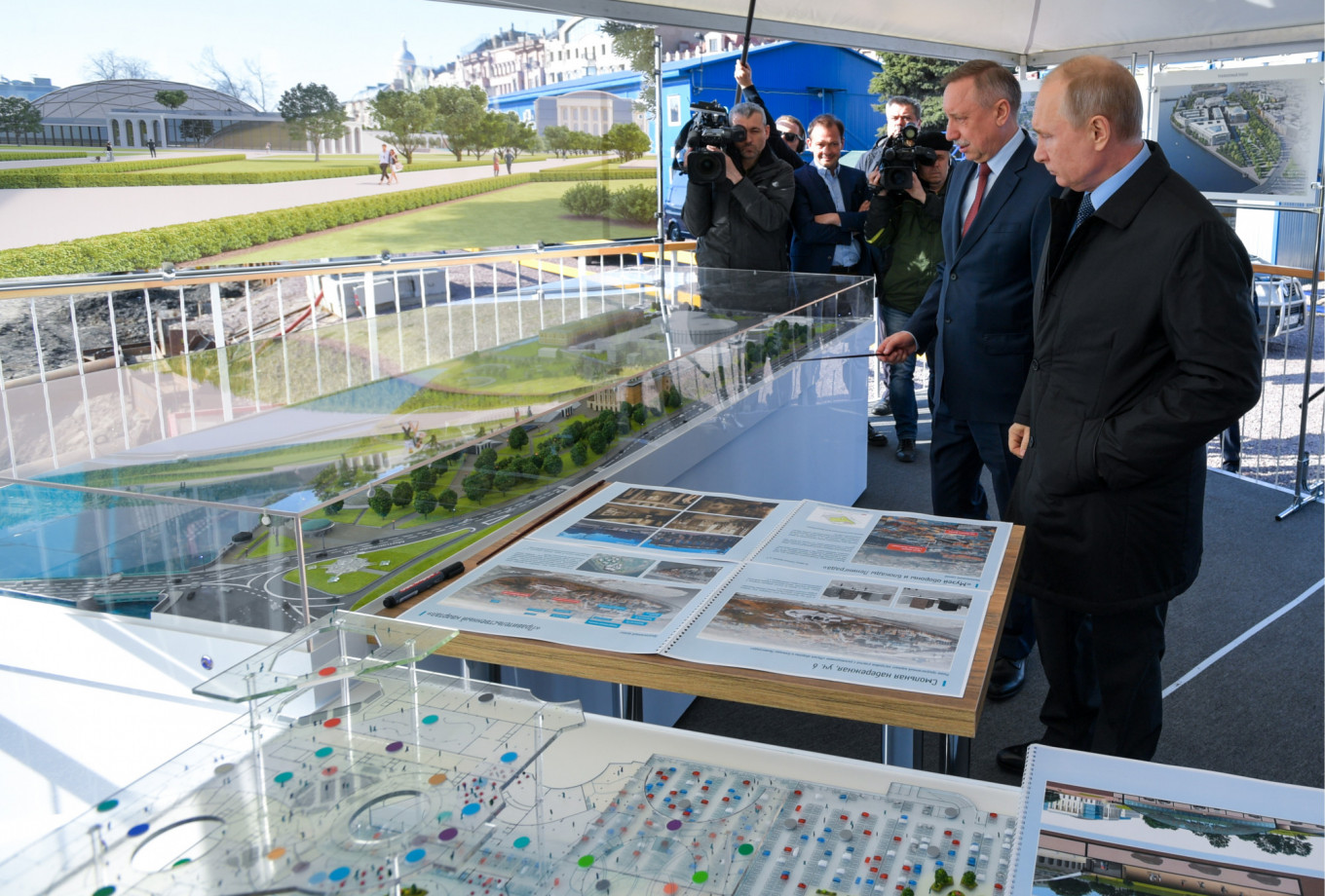Beglov showing plans for a new Art Park to President Putin.				 				Alexei Druzhinin / TASS