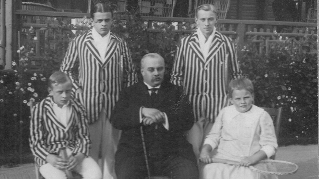 Russian football founder Arthur MacPherson in the center. Wikicommons