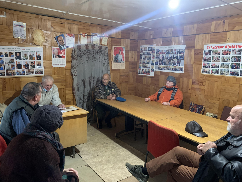 Veteran Communist Party member Alexander Golovanov addresses a group of concerned citizens. Pjotr Sauer/ MT