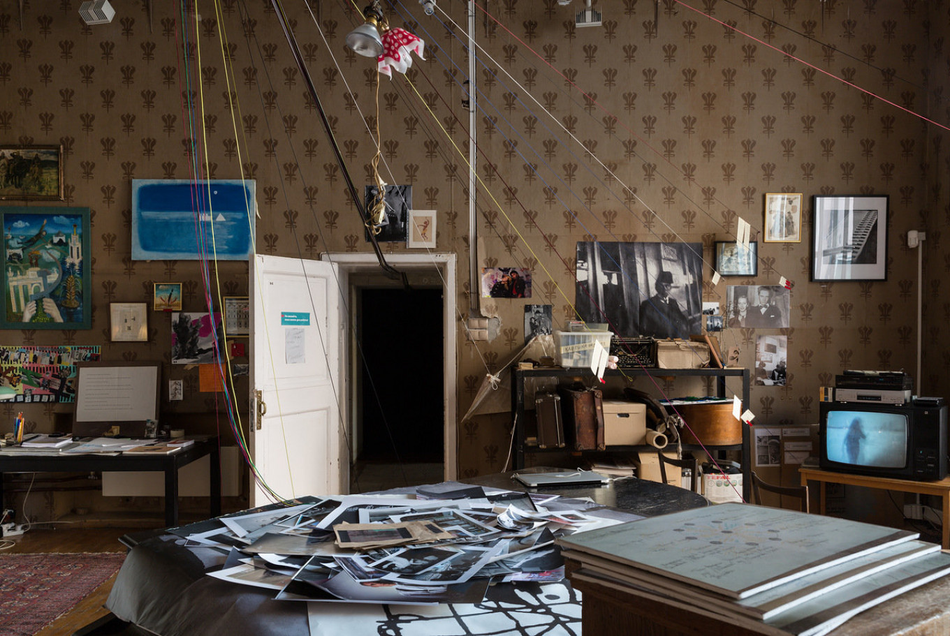 """In the second phase, """"Workshop-Laboratory,"""" intellectual artifacts are literally mapped from the ceiling.  Evgeny Alekseev / Tretyakov Gallery"""