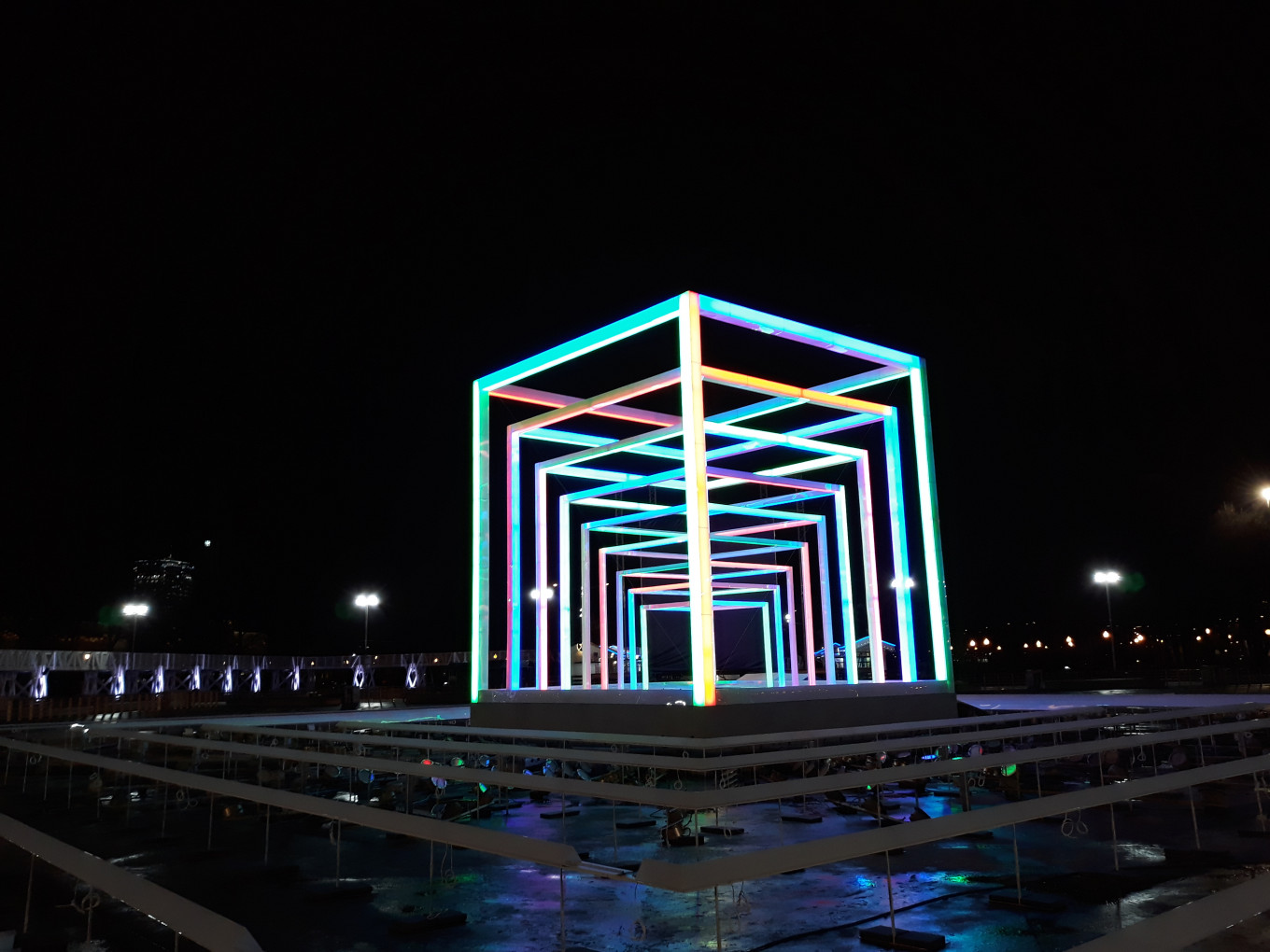 The cube of light and sound at the Gorky Park rink. Dmitry Vasin / MT