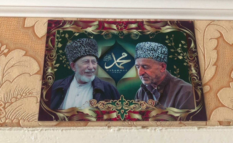 Potret para pemimpin Sufi yang terbunuh tergantung di tempat tidur yang ditiduri oleh para backpacker. Felix Light / MT