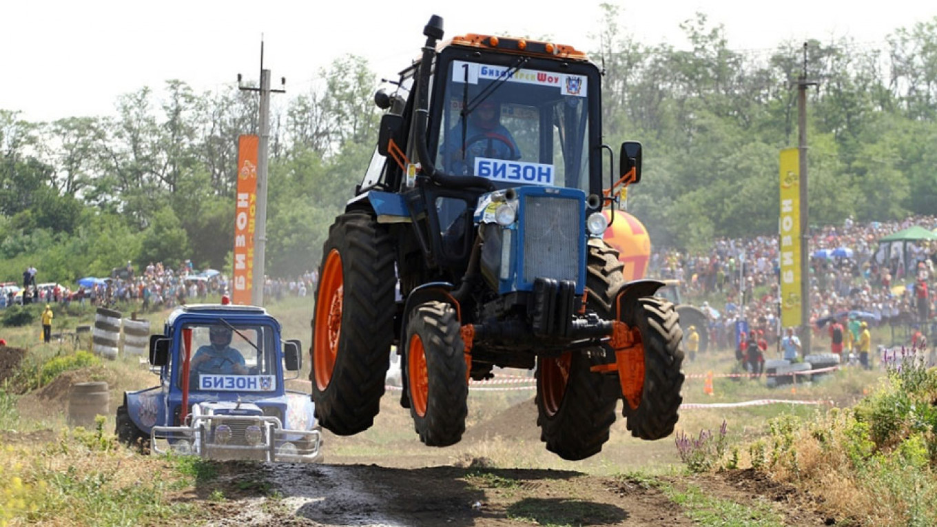 Russia and the U.S. still have a lot in common: tractor races, like this one in Rostov-on-Don / Bizonhero.ru
