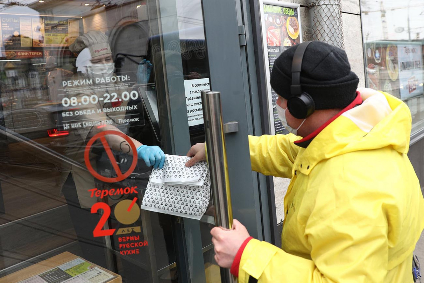 Moscow's restaurants and cafes are closed to customers, but can stay open for deliveries. Kirill Zykov / Moskva News Agency