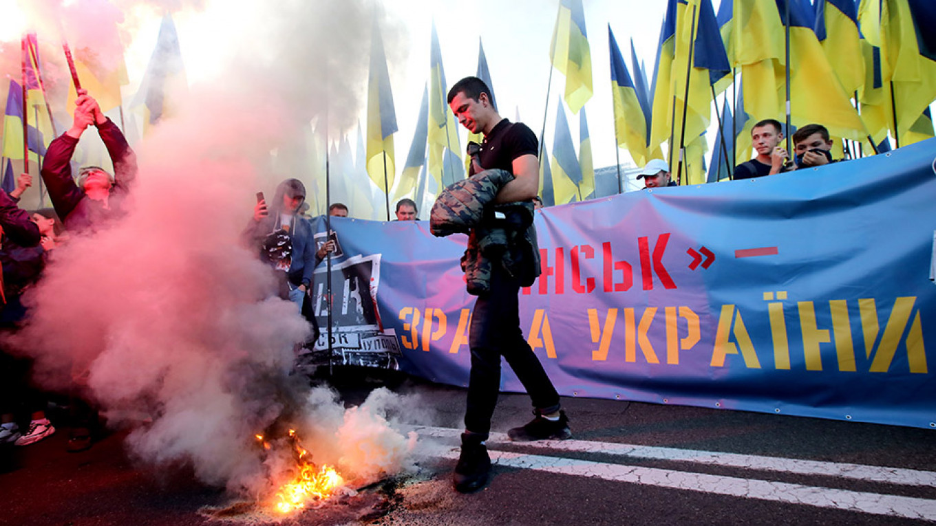 Thousands March in Kiev in Protest Against Donbass Peace Plan With Russia