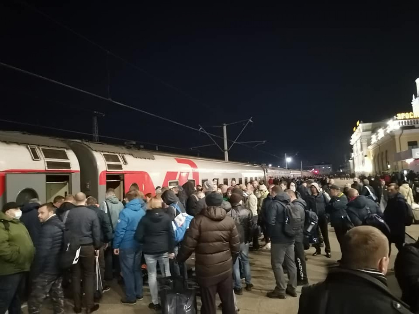 Employees of the Yaroslavl Motor Company board a special train to Moscow at around 4.00 a.m. on Sunday, Sept. 19. Facebook / Yevgeniya Ovod