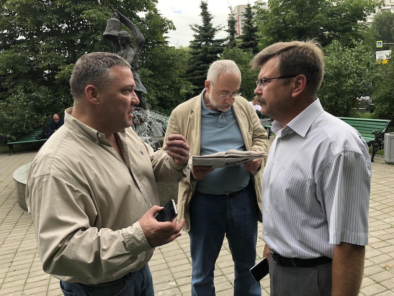 From left to right: Dmitry Pavlikov, journalist Nikolai Svanidze and lawyer Nikolai Fomin outside the court in July. Anton Muratov / MT