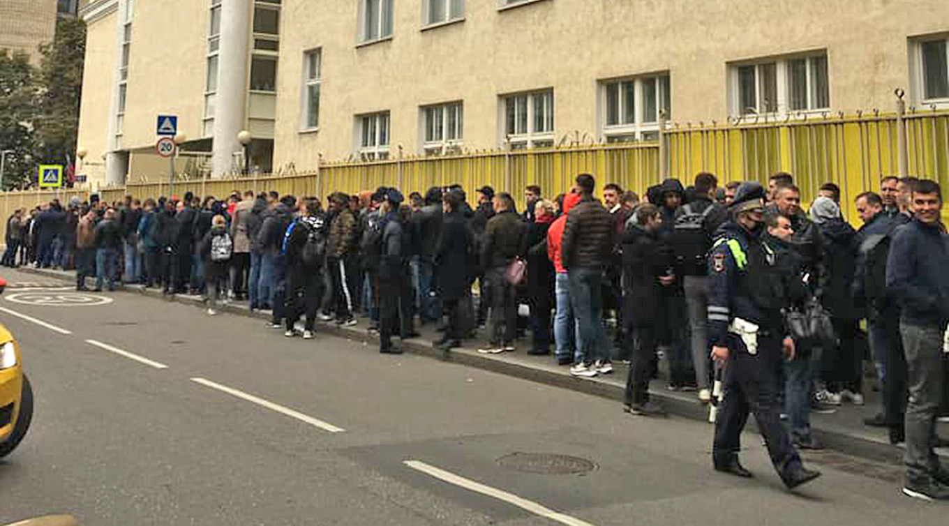 Gigantic queue at 9am outside a polling station in central Moscow's Arbat region. arbat sosedey / fb group