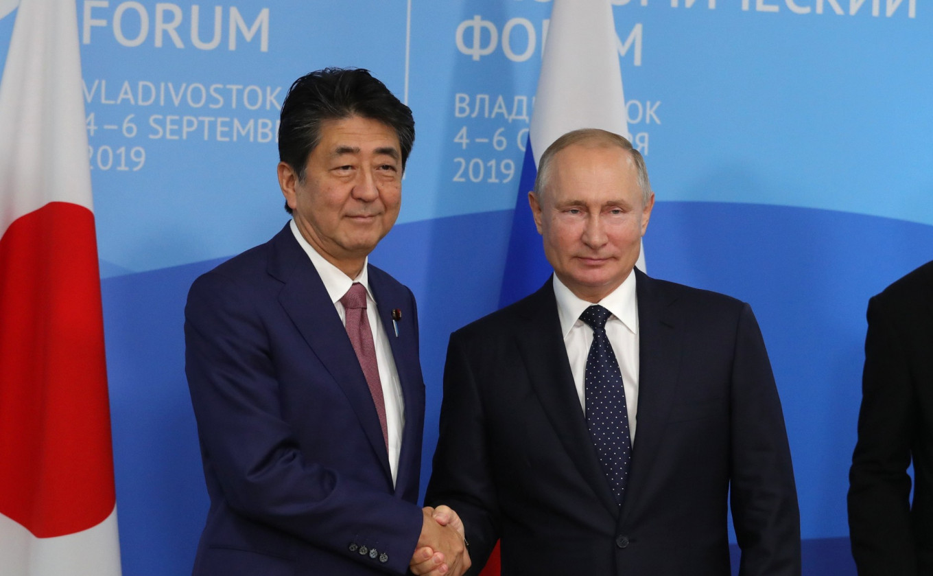 Putin's Syria Stance Left 'Strong Impression,' Former Japanese PM Abe Says
