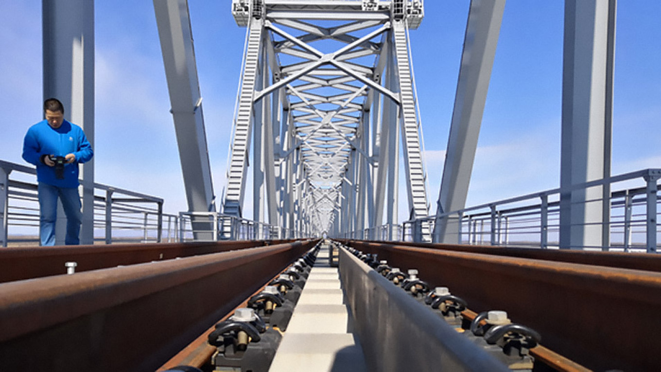 Russia Completes Construction of First-Ever Rail Bridge to