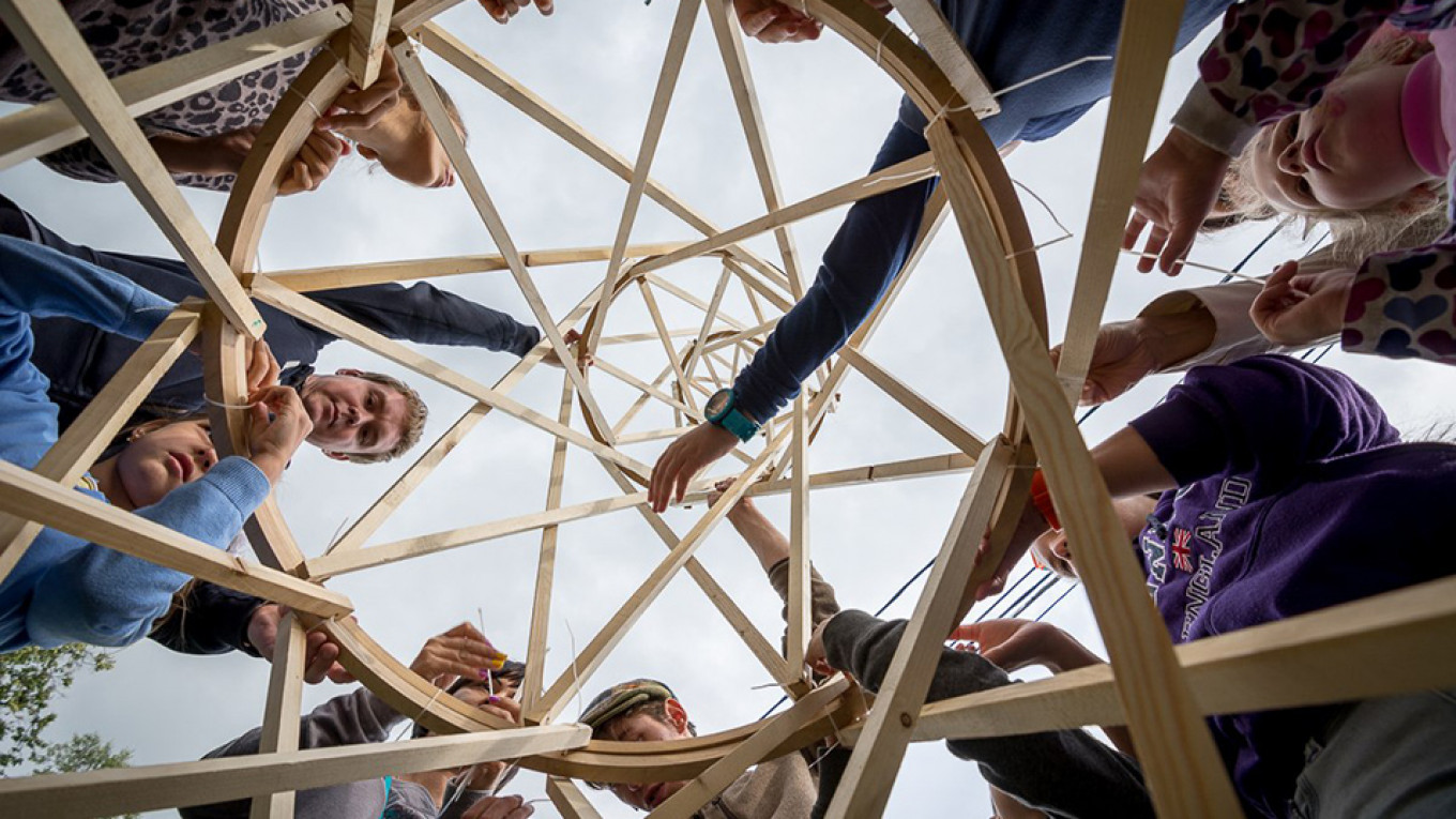 Tour groups study Shukhov's engineering. MOSCOW THROUGH THE ENGINEER'S EYES