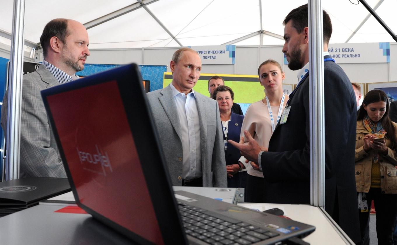 Ilya Sachkov (R) meets President Vladimir Putin at an IT projects exposition in 2015. Kremlin.ru