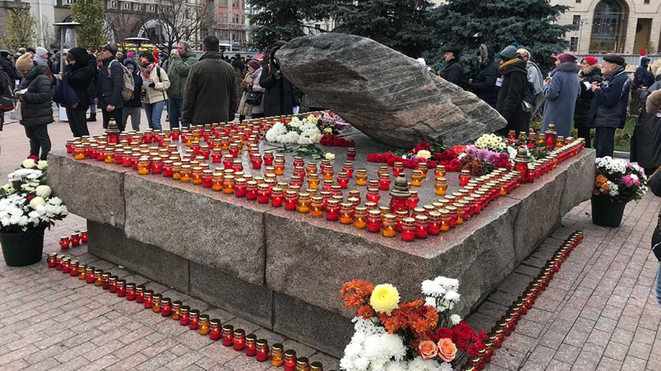 Muscovites laid flowers and placed candles at the base of the Solovetsky Stone in remembrance of the victims of Stalin.				 				Evan Gershkovich / MT