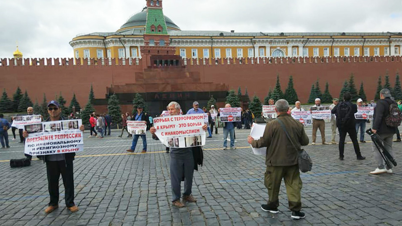 Crimean Tatar Protesters Detained on Moscow's Red Square