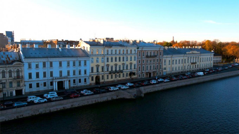 Pushkin's house at Kutuzova embankment, 32 (a yellow facade).  квартирапушкина.рф / RBC