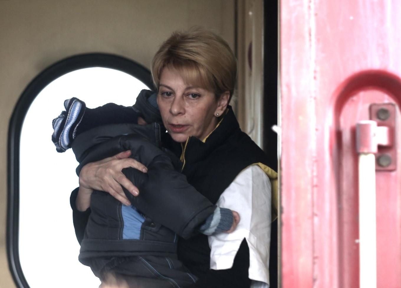 Elizaveta Glinka with a sick child on a train at Kursky Railway Station. Glinka brought nine sick children from Donetsk to Moscow for treatment. Valery Sharifulin / TASS