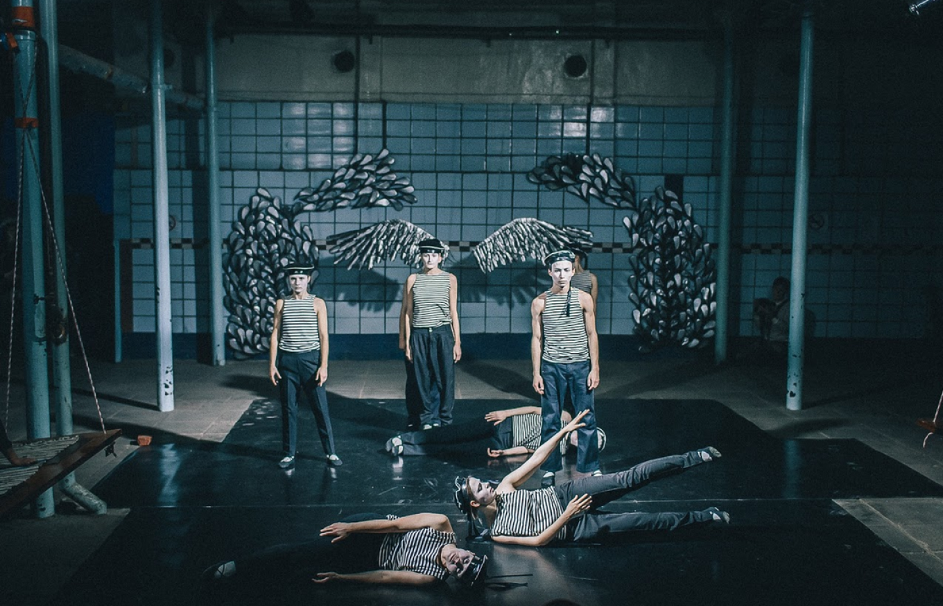 The decompression party features a number of art and dance performances. Moscow Decompression 2016