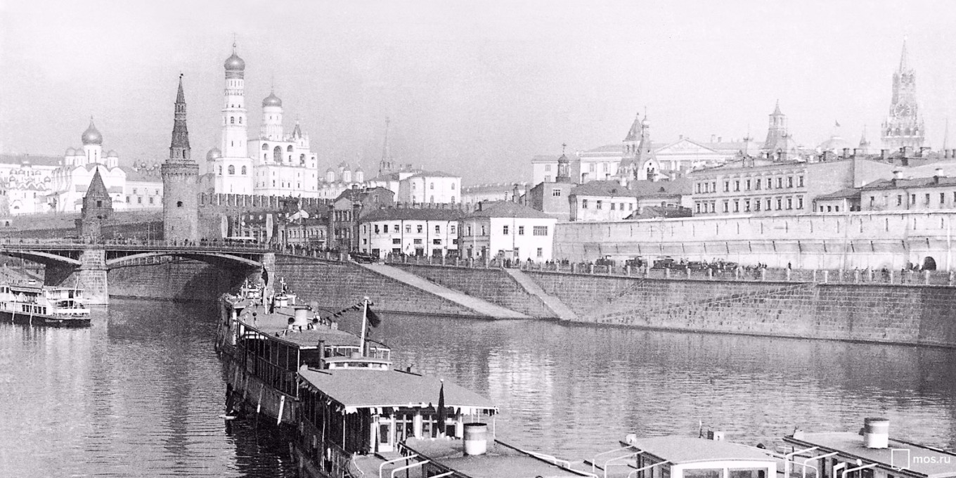 Go back in time on a river cruise with a guide from the Museum of Moscow. mos.ru