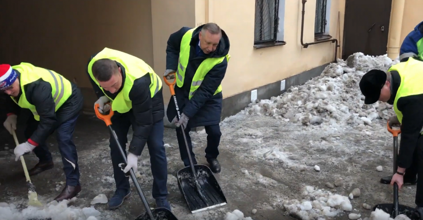 Beglov shoveling snow with his aides.				 				Культурная столица / Screenshot from Youtube