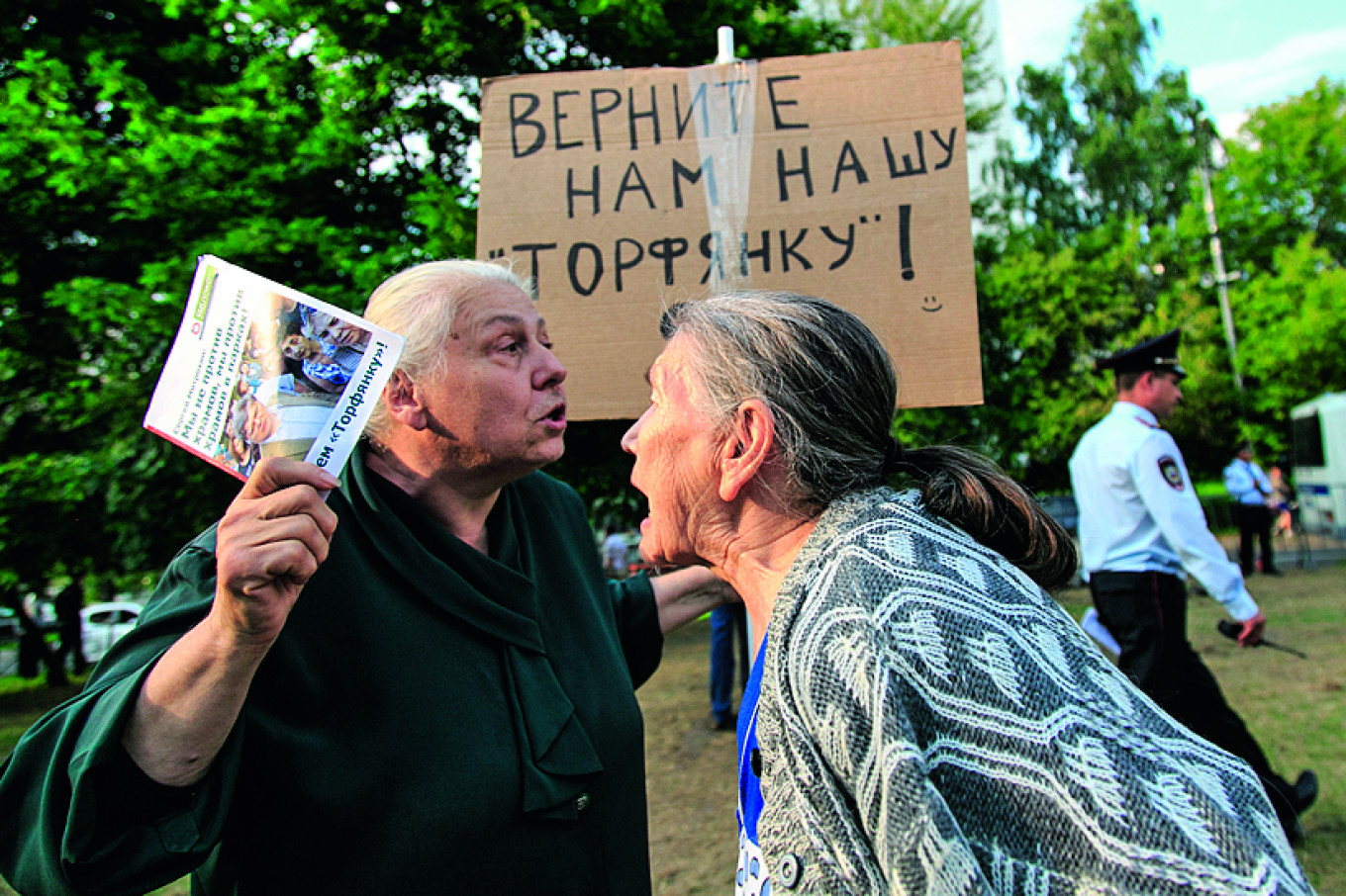 """Many Muscovites have not welcomed the Church's expansion boom, especially in parks. The sign says: """"Give us back our Torfyanka!"""" Artur Novosiltsev / TASS"""
