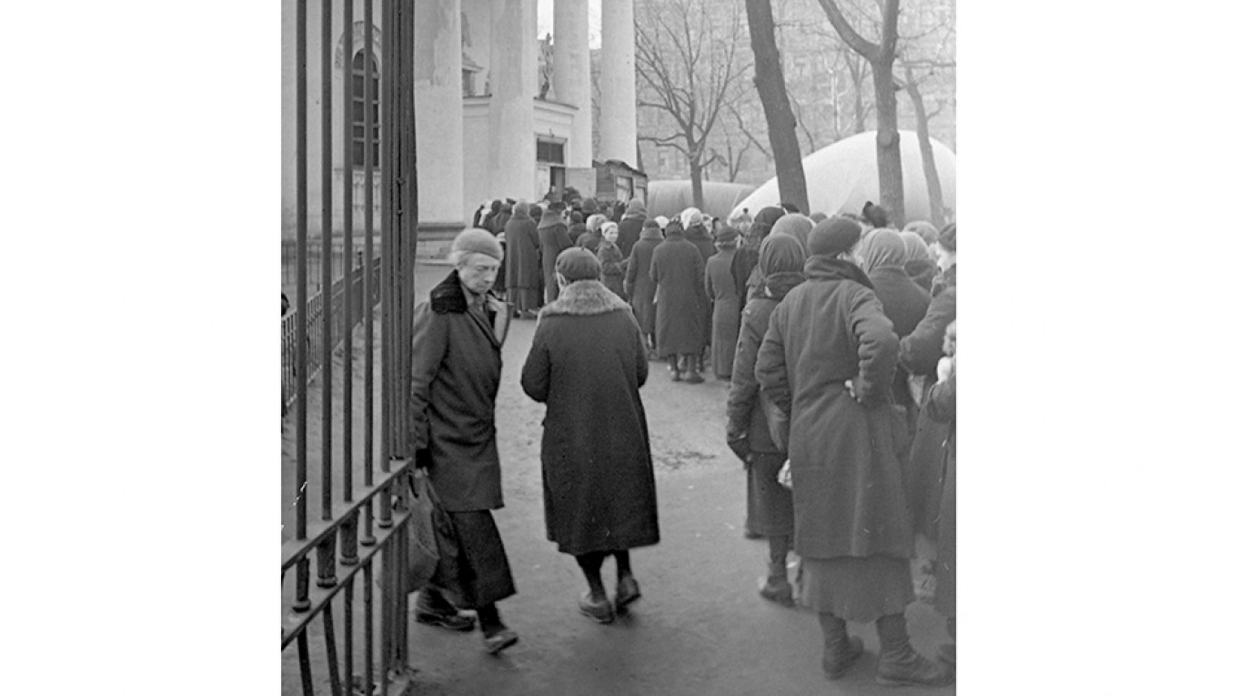 Leningraders queue for bread, ca. 1941– 43 M.A.Trakhman, Courtesy of Russian State Documentary Film and Photo Archive, Harvard University Press