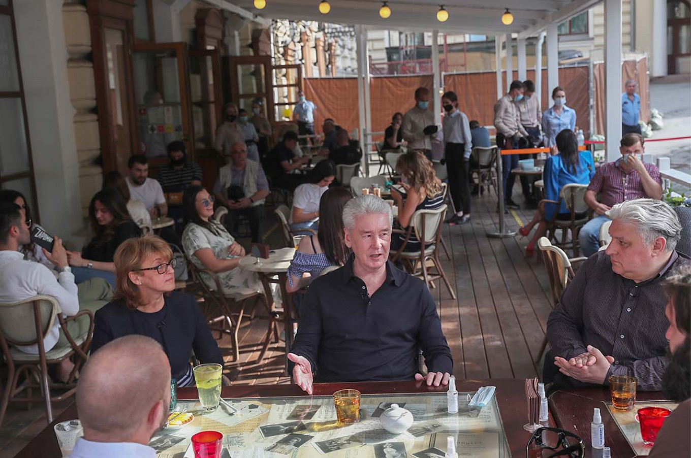 Moscow Mayor Sergei Sobyanin, Chief Sanitary Physician Yelena Andreyeva and Russian Federation of Restaurateurs and Hoteliers President Igor Bukharov hold a meeting on the first day when restaurants could open summer terraces in mid-June.				 				Vladimr Gerdo / TASS