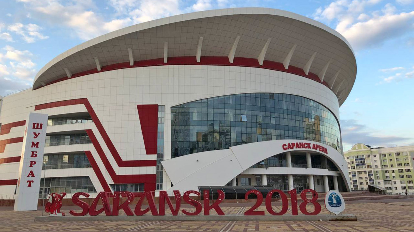 """A chipped """"Saransk 2018"""" World Cup sign stands in front of the unfinished """"Saransk Arena"""" in the city center. Jake Cordell / MT"""