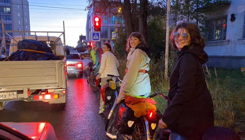 Sepanjang rute, pengendara sepeda berjuang melawan lalu lintas dan permusuhan. Velo 1. Moskva-Peterburg / Telegram