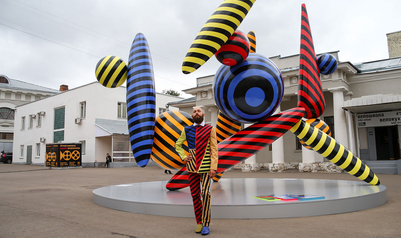 """Roman Yermakov's sculpture from the """"Dancing Axis of the Fifth Dimension"""" series in the courtyard of the Museum of Moscow. Sergei Vedyashkin / Moskva News Agency"""