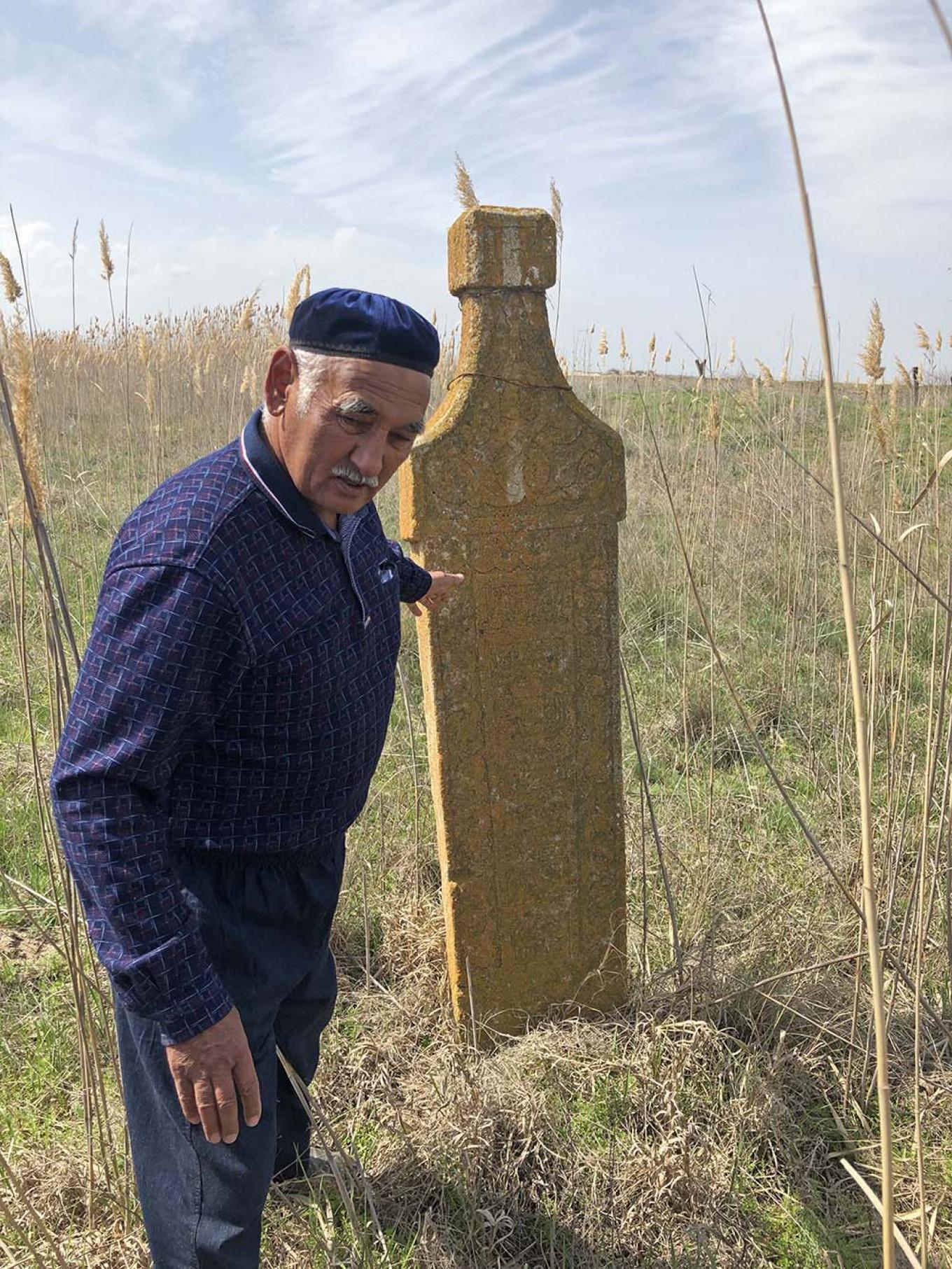 Di Kumli, mullah desa Shora Mamurov menyimpan catatan tentang kuburan yang hilang di bawah pasir. Felix Light / MT
