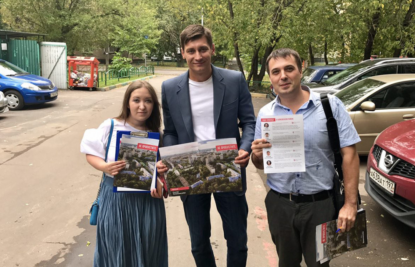 Opposition politician Dmitry Gudkov (center) lends his support to some of the candidates running thanks to his initiative.				 				Dmitry Gudkov HQ