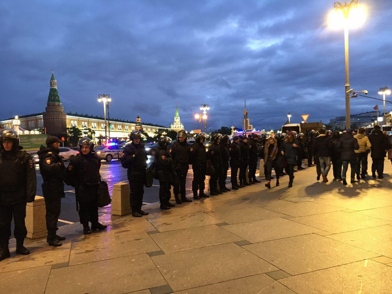 Riot police stands in line by the Kremlin, though most protesters have gone home. Ksenia Churmanova/ For MT