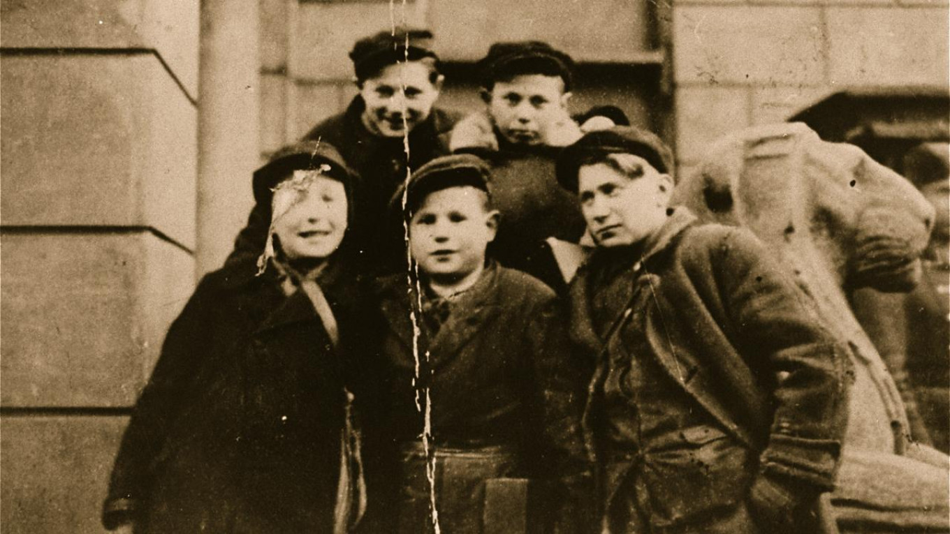 """Some of the """"little heroes"""" from the Warsaw ghetto. zed.fr"""