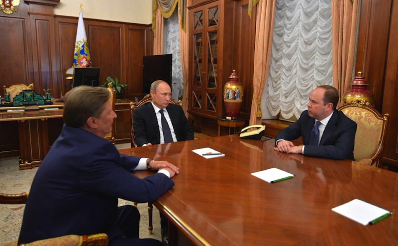 Vladimir Putin (C) meets with Sergei Ivanov (L) and Anton Vaino at the Kremlin in Moscow, Aug. 12, 2016.  Kremlin Press Service