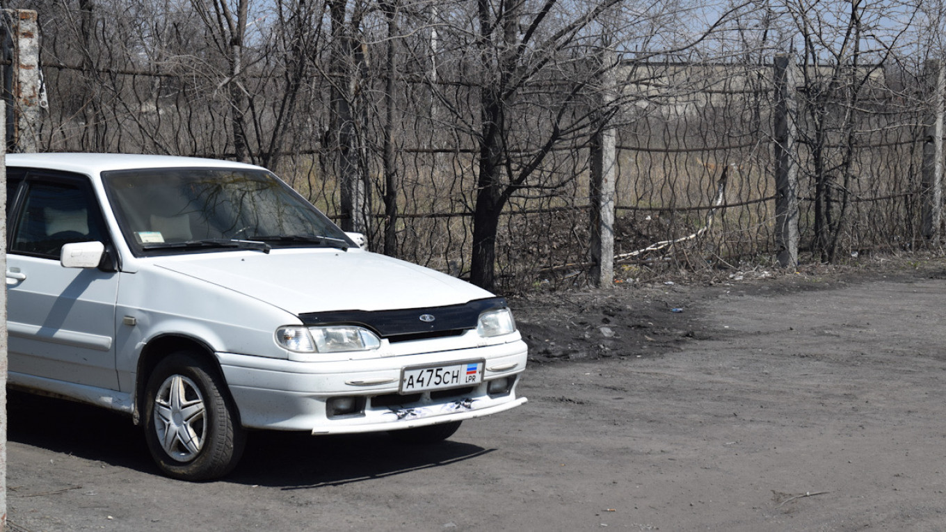 Most cars parked outside the only working mine in Gukovo have license plates from the breakaway Donetsk People's Republic.				 				Pjotr Sauer/MT