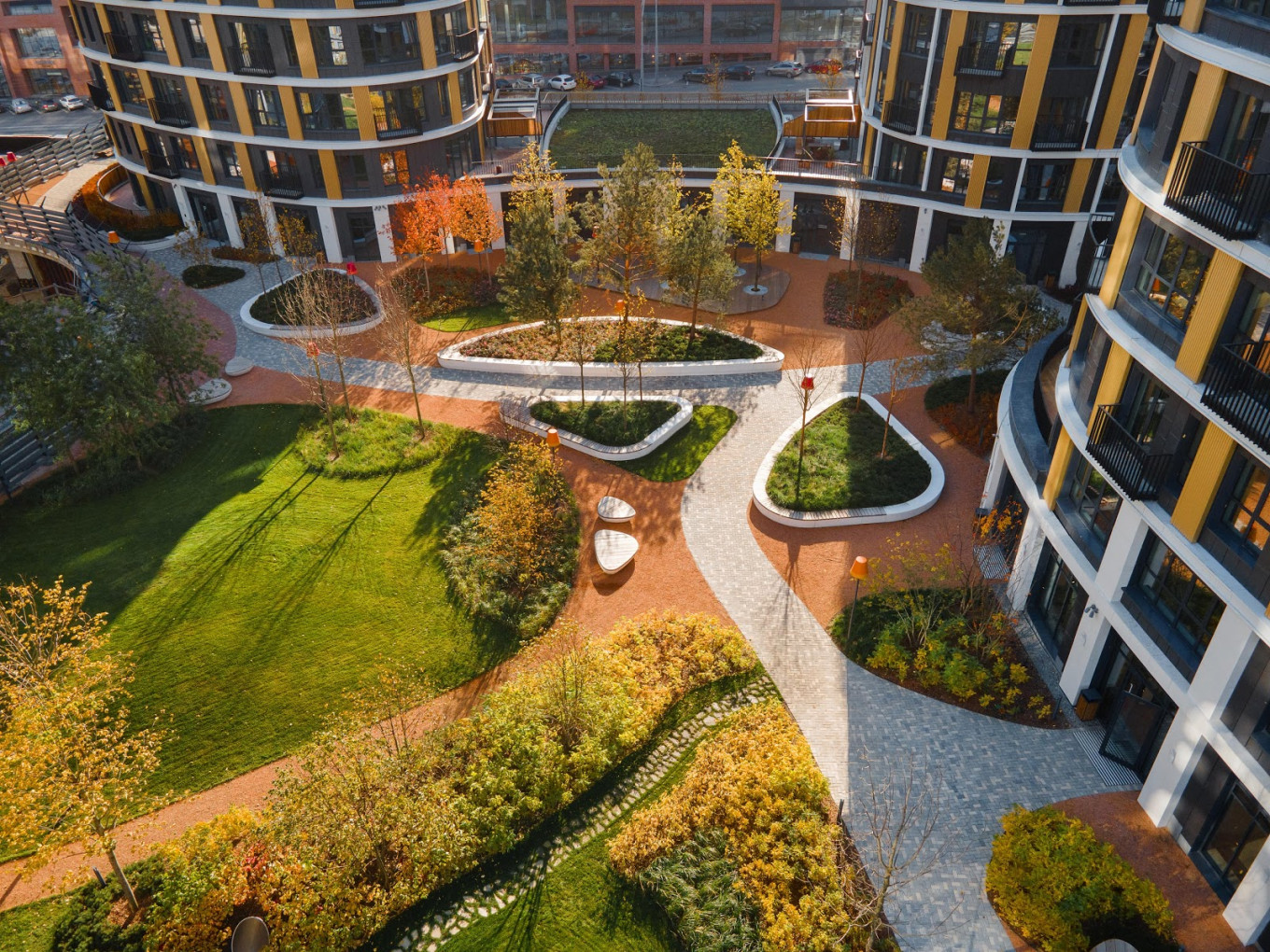 Over 150 mature trees and thousands of plants and shrubs turn the courtyards and roofs into an urban oasis. Photo: S&P Architektura Krajobrazu
