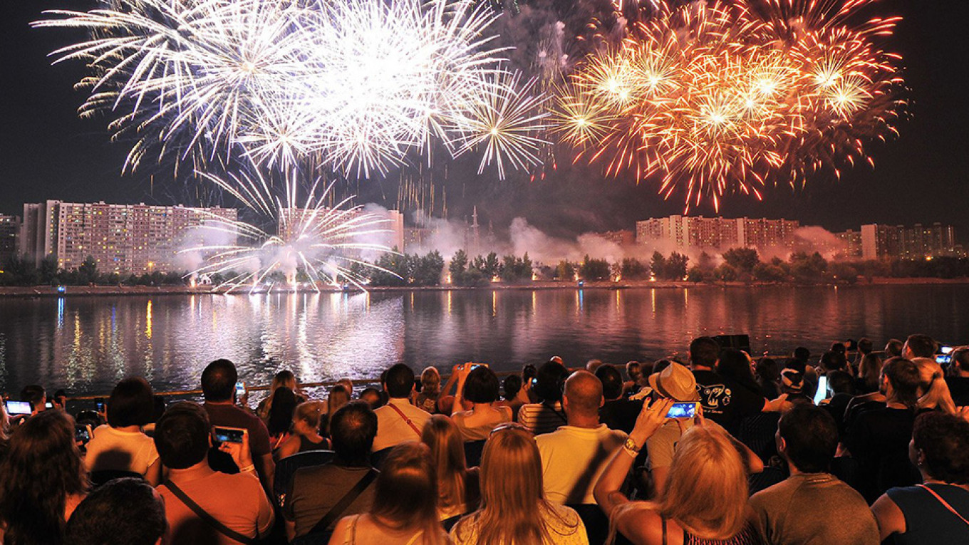 Find a good viewing spot for the fireworks display. mos.ru
