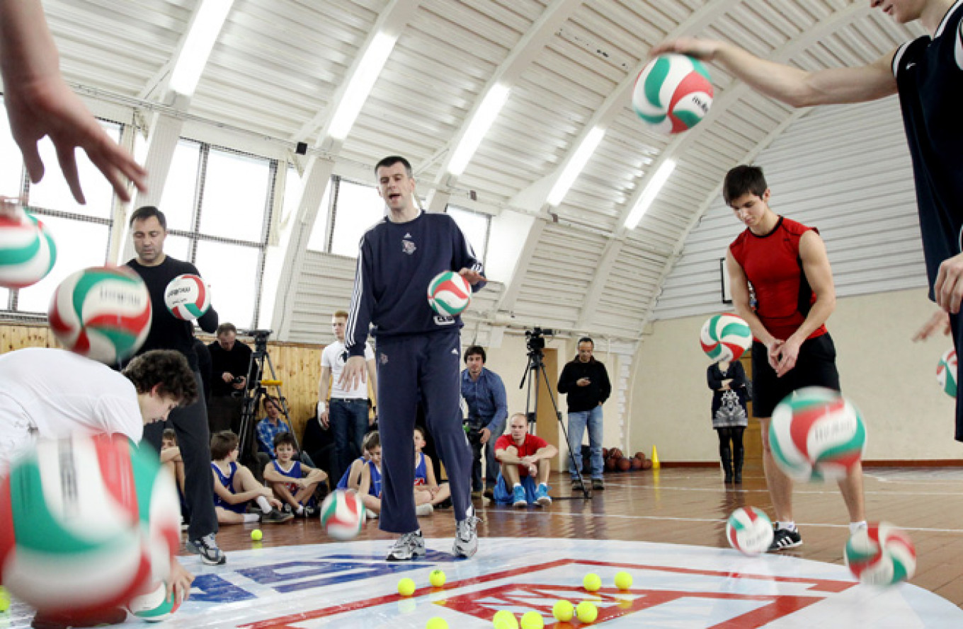 Presidential candidate Mikhail Prokhorov (center) during a basketball training session in October 2012.