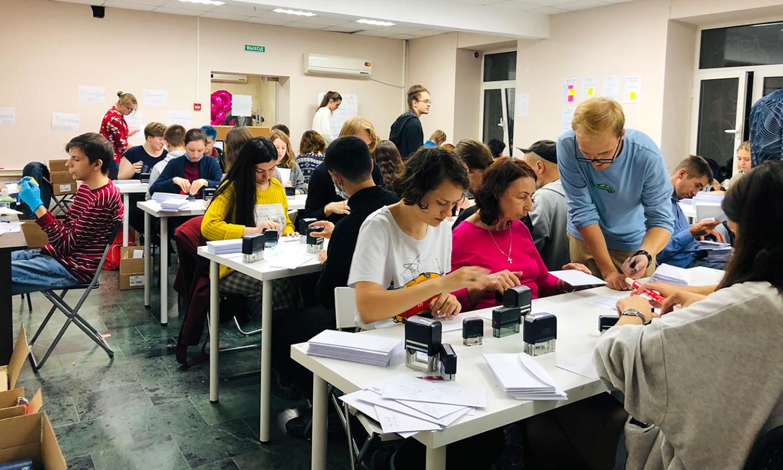 Волонтеры заполняют предвыборный штаб Брюхановой за считанные часы.  Джек Корделл / доктор медицины