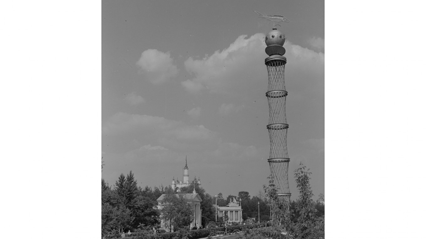The tower with its fanciful fish-themed top. Courtesy of VDNKh