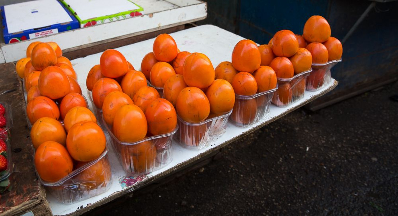Hachyia persimmons are conical and astringent. Jennifer Eremeeva / MT