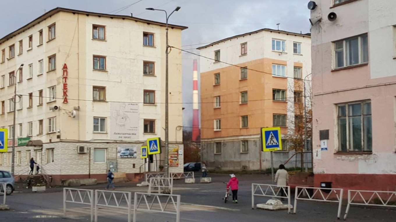 Apartment buildings in the center of Nikel. Thomas Nilsen				 				The Barents Observer / Thomas Nilsen