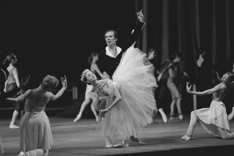 Rudolf Nureyev and Zhanna Ayupova dance at the Kirov opera and ballet theater, Nov 17, 1989.  Yury Belinsky / TASS