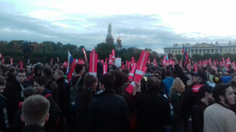 Several hundred people have gathered on the Field of Mars site in St. Petersburg Francesca Visser/ For MT